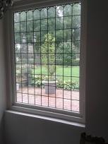 En hier is de raam in het kozijn geplaatst